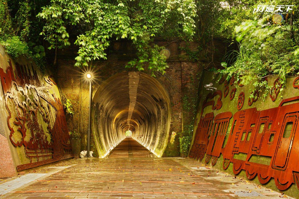 舊隧道幽深的魔幻光影映照古樸牆面,有點像《神隱少女》畫面。