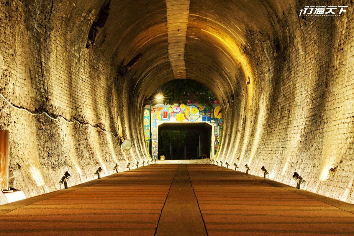 涵洞裡以時光機為主題的彩繪,裡面還有座椅可以休息。