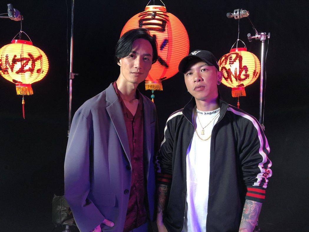 小春(右)的新歌「香火」找來李英宏助陣。圖/本色提供