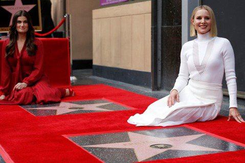全球觀眾矚目的「冰雪奇緣2」即將正式上映,為安娜與艾莎獻聲的克莉絲汀貝兒、伊迪娜曼佐也一起在好萊塢星光大道上各自擁有自己的星星,為片子推出再添新話題。兩人在片中是一對相親相愛、無法分開的姊妹,私下合...
