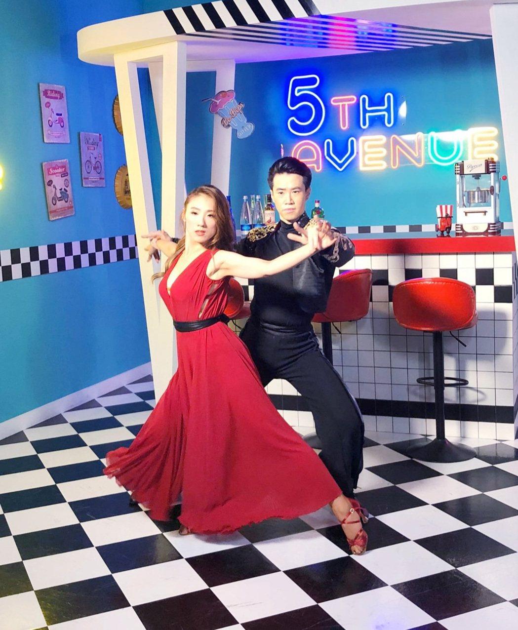 謝金晶(左)在新歌「鬥牛舞」MV展現舞技。圖/豪記提供