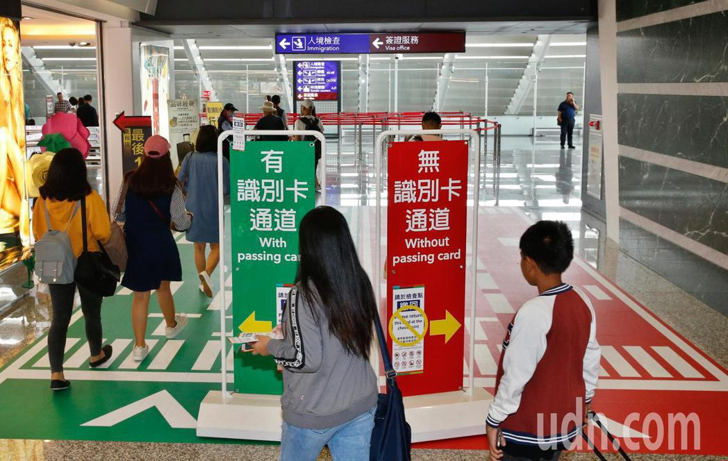 桃園機場的防疫人員加強落實手提行李檢查百分之百的措施。本報資料照片