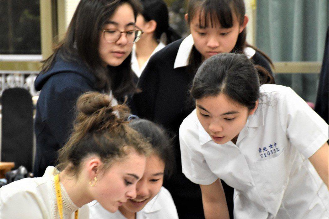 位於新北市的崇光女中,是一間天主教私立完全中學,因近年少子化,招生越來越困難,崇...