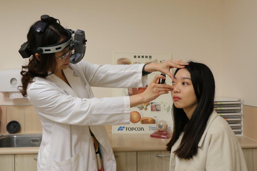 亞洲大學附屬醫院眼科醫學中心副主任林純如(左)指出,家中如有過敏兒(右非當事人)...
