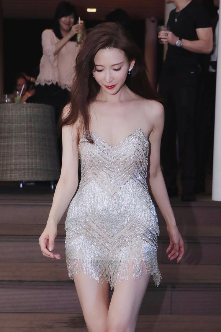 林志玲在11月17日身穿Nicole+Felicia性感流蘇裝,參加自己的婚後派...