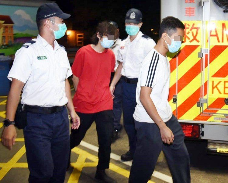 13男女今天凌晨離開理大校園,在救護員陪同下送醫治療。圖:取自星島日報網站