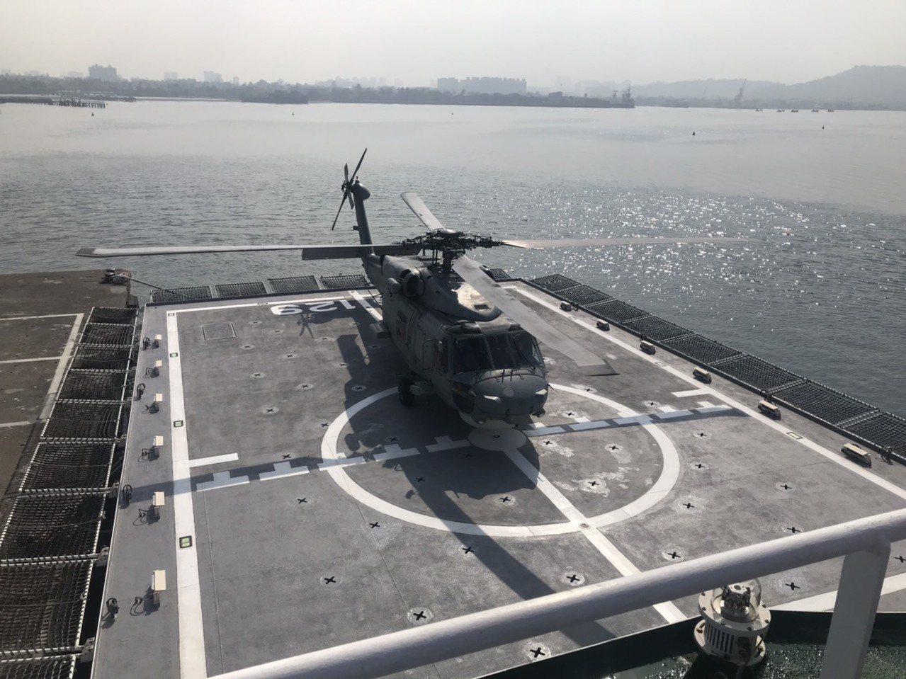 海軍S-70C反潛直升機昨日在左營軍港首度試降海巡署高雄艦。圖/艦隊分署提供