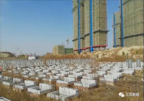 建案周圍一格一格的,竟然是一片墓地。圖:取自江蘇新聞