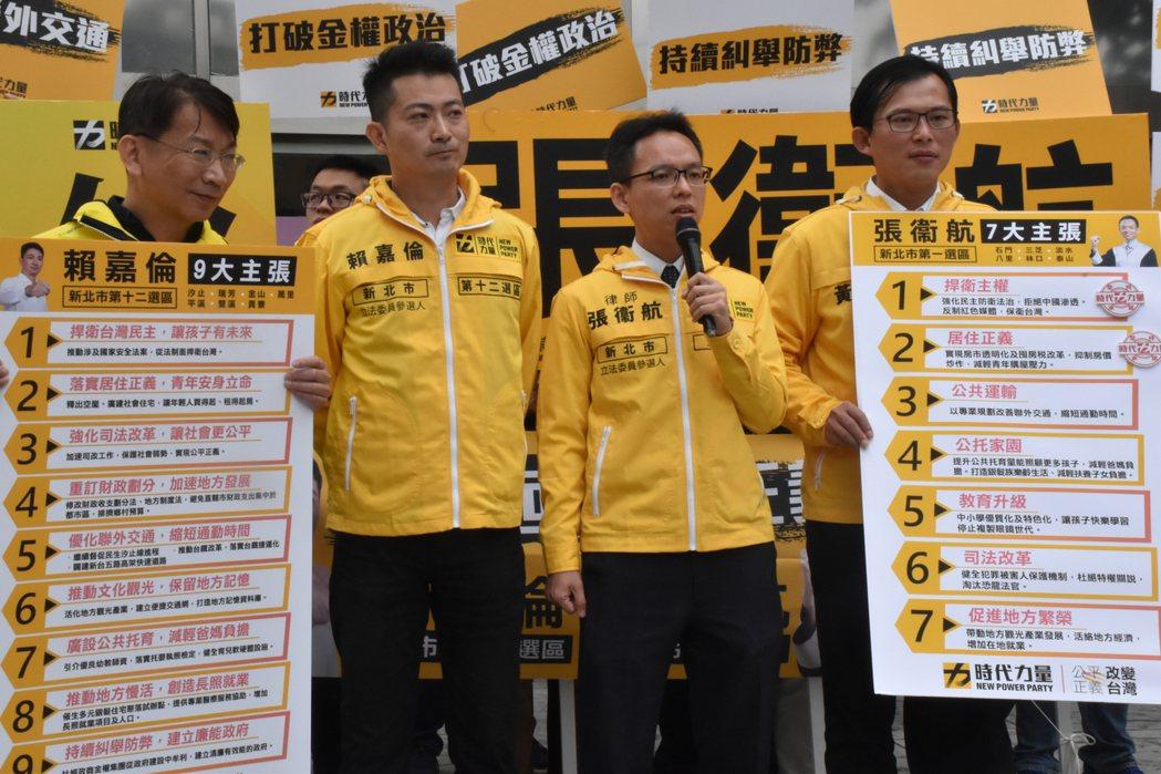 賴嘉倫(左二)與張衞行(右二)分別針對選區提出自己的政策。記者江婉儀/攝影