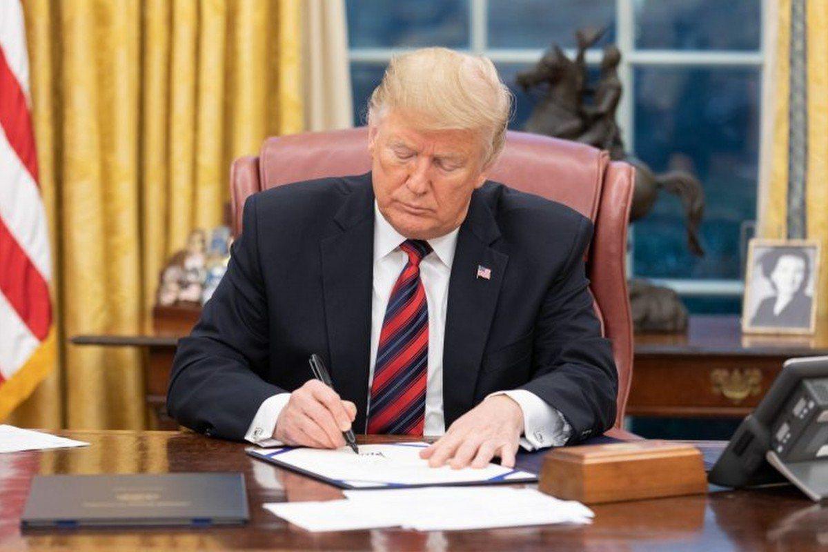 美國國會仍有150多件涉中法案。圖為美國總統川普簽署文件畫面。美聯社
