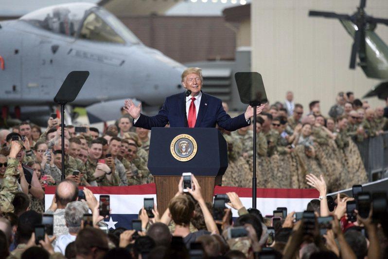 美國總統川普6月30日於美軍駐南韓烏山空軍基地發表演說。韓媒21日報導,如果南韓拒絕將防衛經費分擔增加到每年50億美元的話,美國總統川普會考慮撤走駐韓美軍最多約4千兵力。美聯社