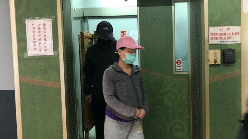 三歲男童母親(粉紅帽者)進入解剖室確認遺體為兒子,隨後步出,沒有受訪。記者林佩均/攝影