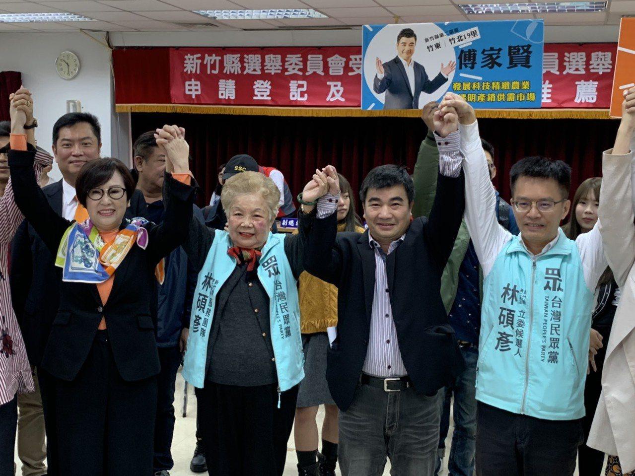 原本是競爭對手的傅家賢(右一)與林碩彥(右二),立刻團結合作喊出「科技人支持科技...