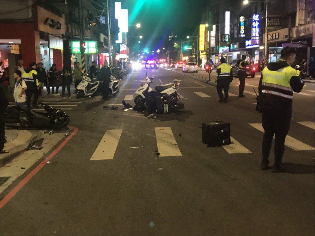 新北市板橋區篤行路昨晚6時許發生一起機車相撞意外,造成UberEats外送員因頭...