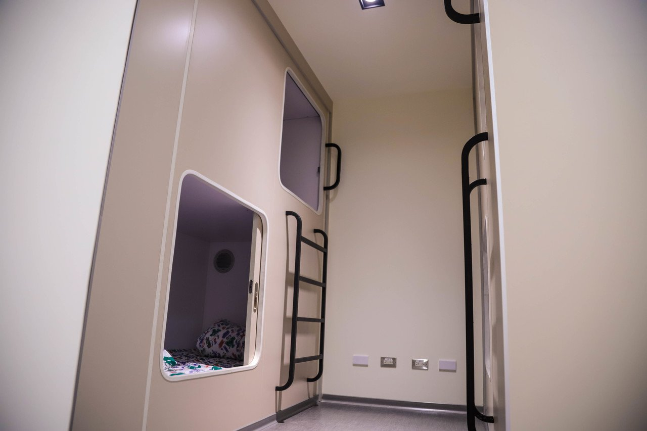 羅東博愛醫院本月起為手術室醫護團隊打造嶄新的休息室,引進膠囊旅館概念的房型,讓醫...