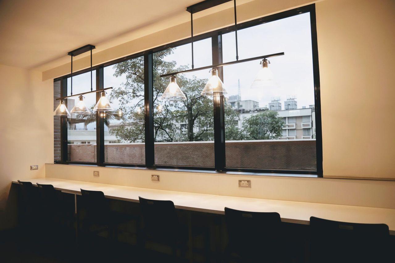 羅東博愛醫院手術室醫護團隊休息室透過燈光、採光與特殊建材,營造濃濃的咖啡館悠閒氛...