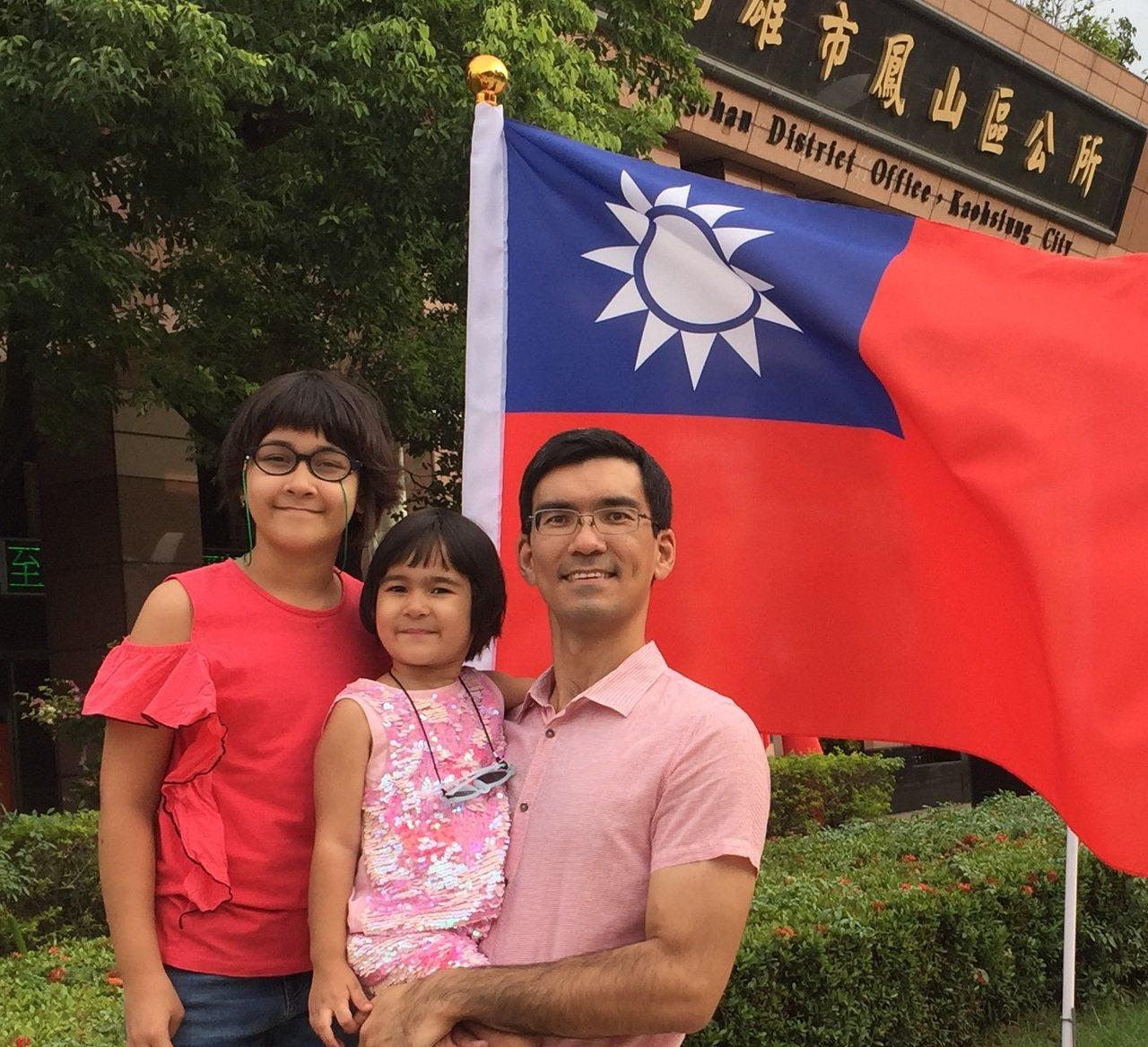 來自土庫曼的古奇(右)上月初全家歸化入籍台灣。記者王昭月/翻攝