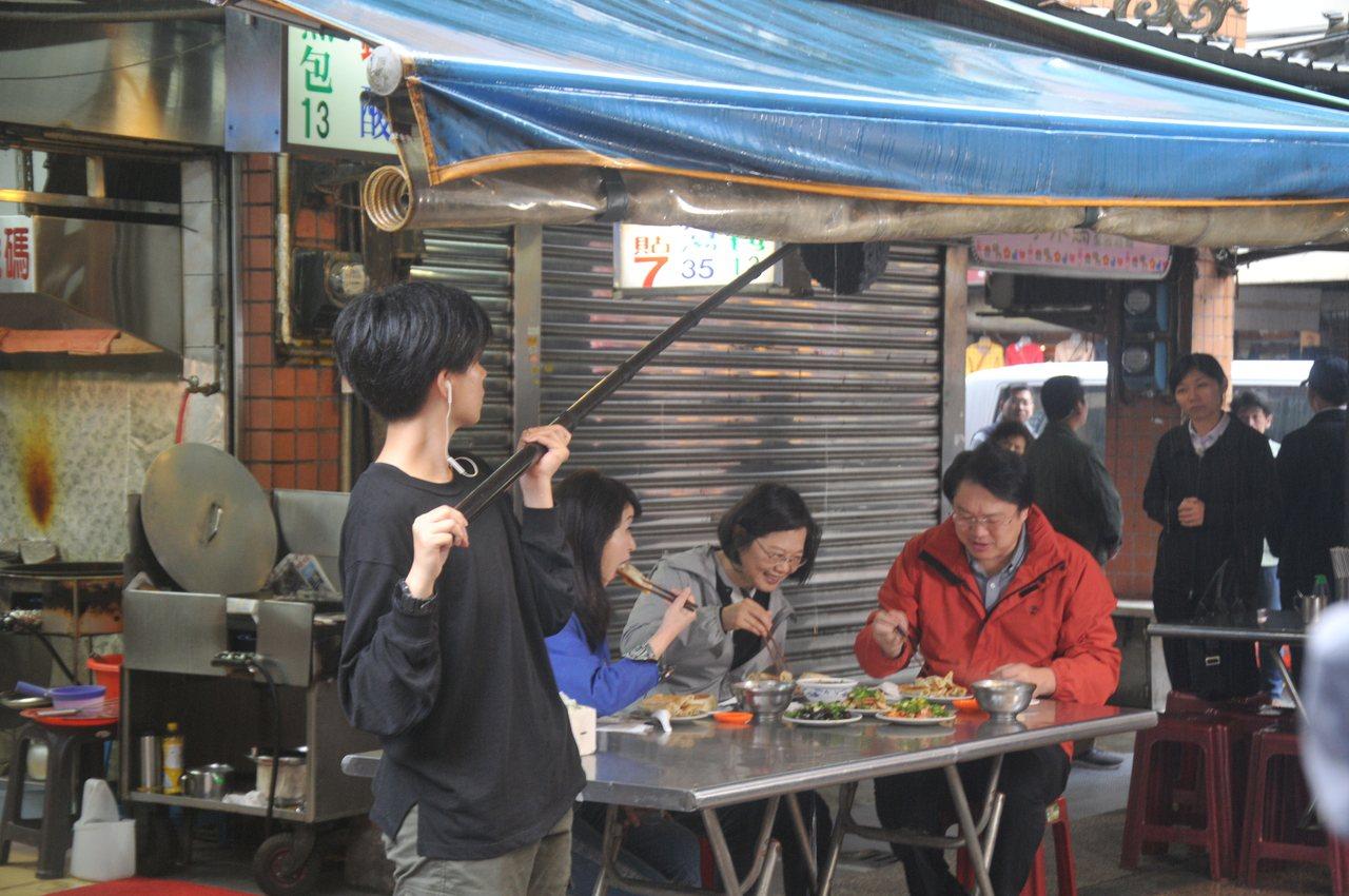 上午有民眾在慶安宮前知名的曾記鍋貼店,捕獲野生蔡英文吃鍋貼。記者游明煌/攝影