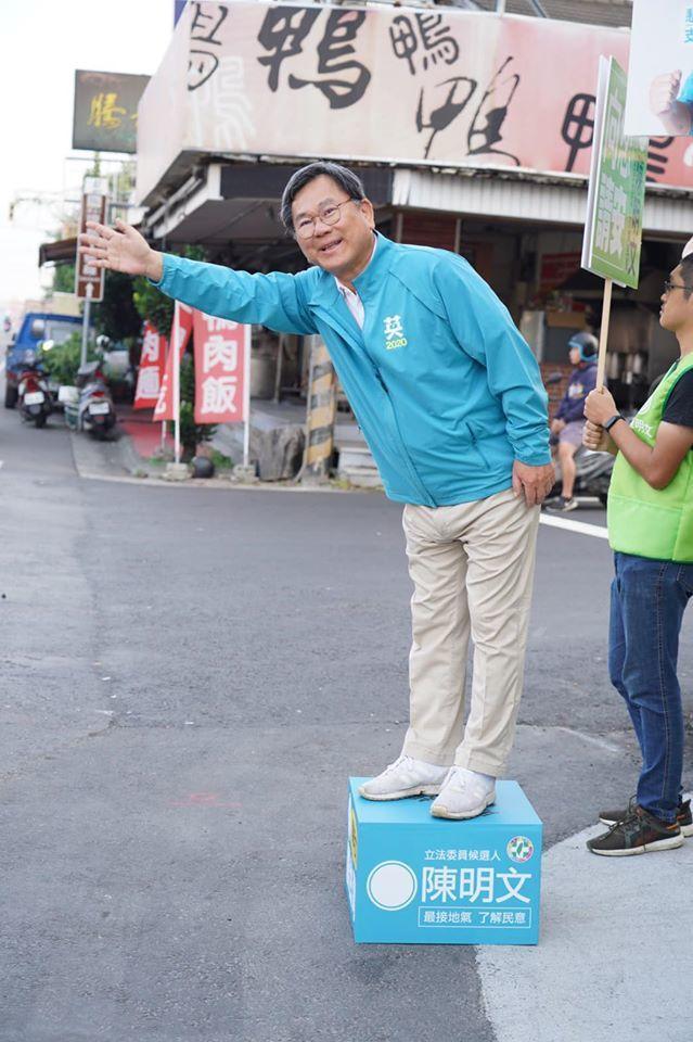 嘉義縣立委陳明文站在街頭,揮手向路過鄉親拜票。圖/取自陳明文臉書