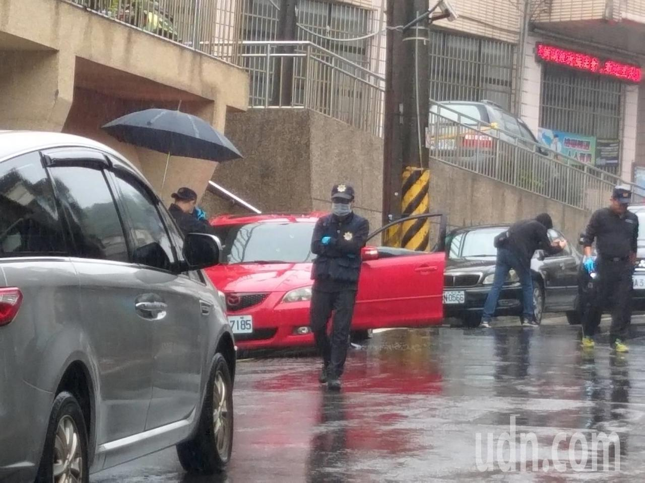 宜蘭礁溪警方今早到基隆查緝涉毒男子,疑犯在健民街車內疑飲彈自盡,警方已封鎖現場採...