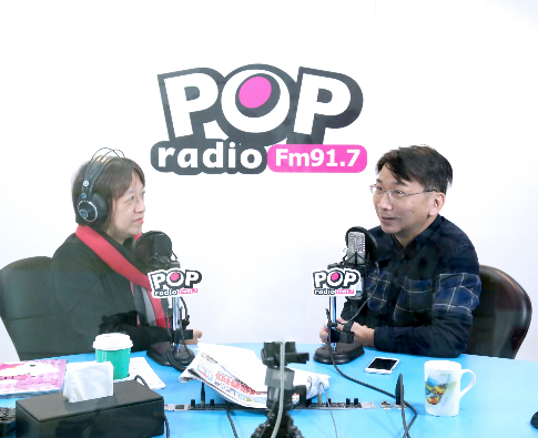 《POP搶先爆》 主持人邱明玉(左)、 時代力量黨主席徐永明(右)。圖/《POP...