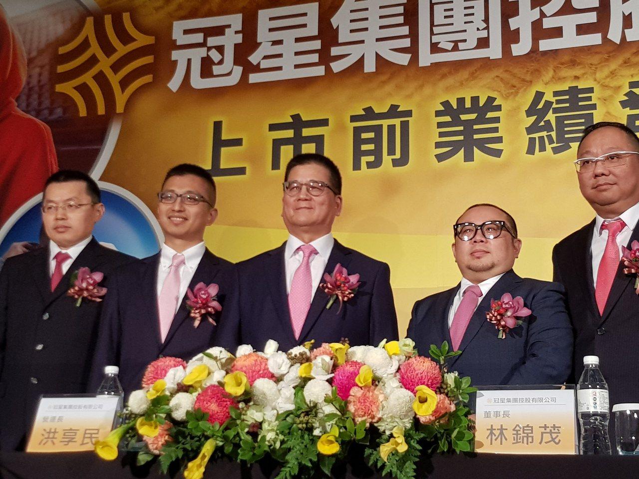 冠星-KY董事長林錦茂(圖中)及公司經營團隊。 記者曾仁凱/攝影