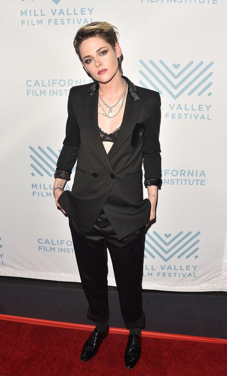克莉絲汀史都華穿sandro黑色天鵝絨口袋式西裝外套,售價13,680元。圖/取...