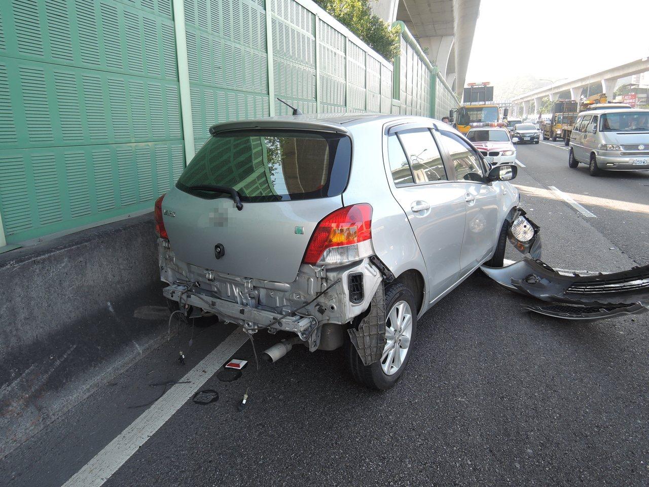 銀色轎車撞爛,57歲張姓駕駛胸骨斷裂全身擦挫傷被送醫。記者林昭彰/翻攝