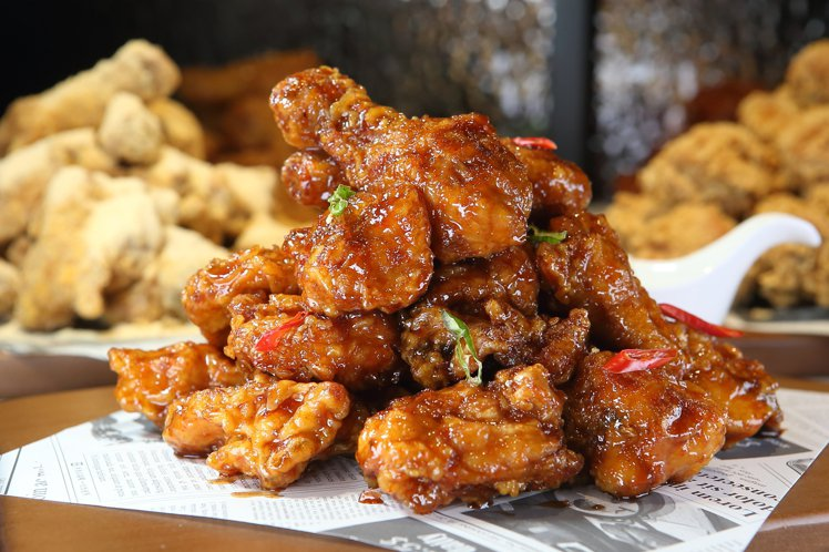 首次在台推出的「韓式甘醬炸雞」,559元。記者陳睿中/攝影