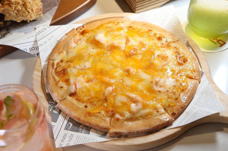 融合柚子與蝦肉的「柚香鮮蝦披薩」,每份288元。記者陳睿中/攝影