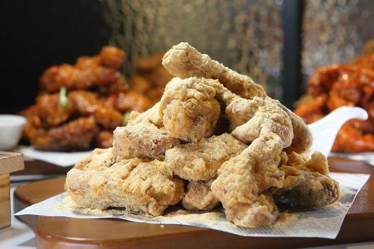 灑上起司粉的「起司炸雞」,每份559元。記者陳睿中/攝影