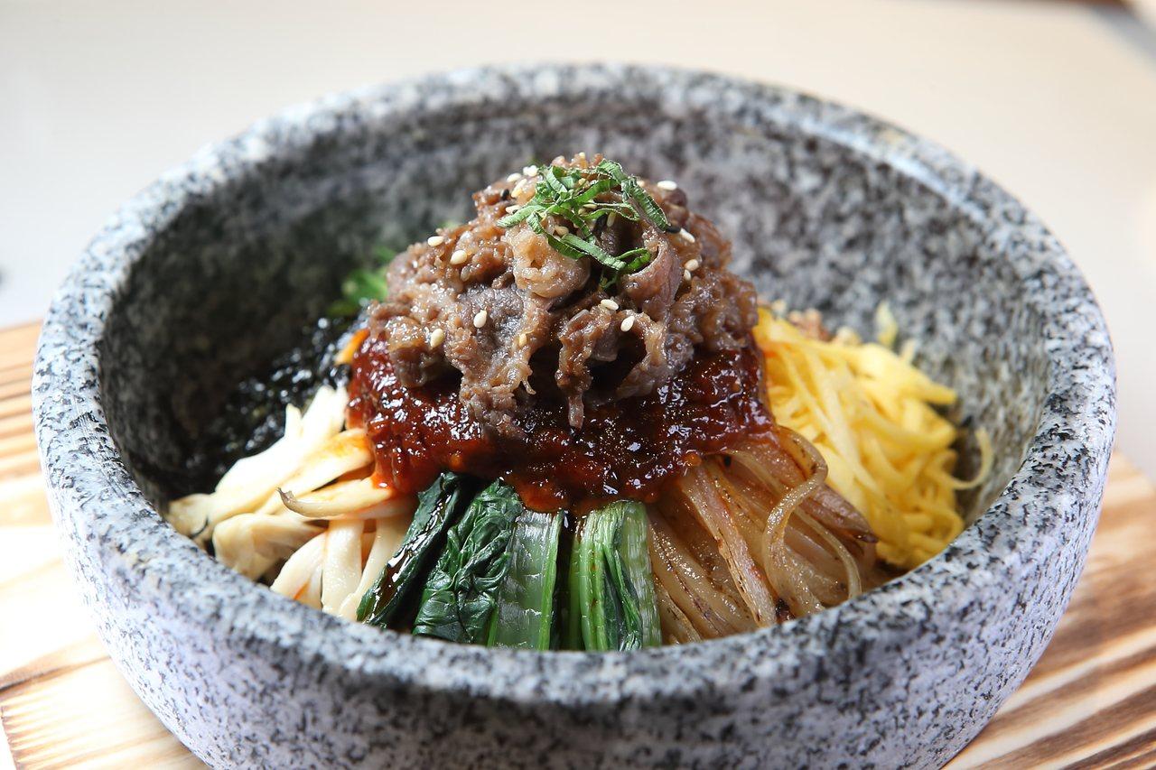 店內提供有韓式烤肉石鍋拌飯,每份288元。記者陳睿中/攝影