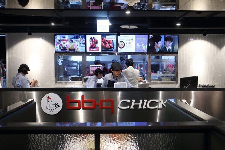 bb.q Chicken慶城店設有半開放的廚房,讓民眾可以看見調理狀態。記者陳睿...