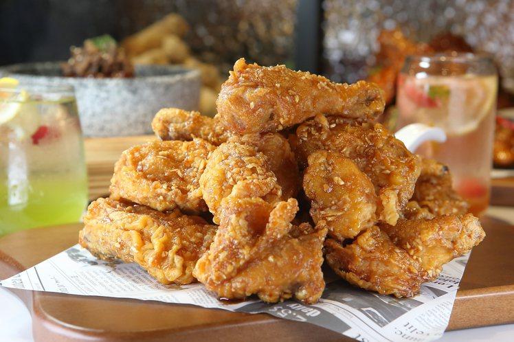 將蜂蜜口味升級的「蜂蜜蒜味炸雞」,每份559元。記者陳睿中/攝影