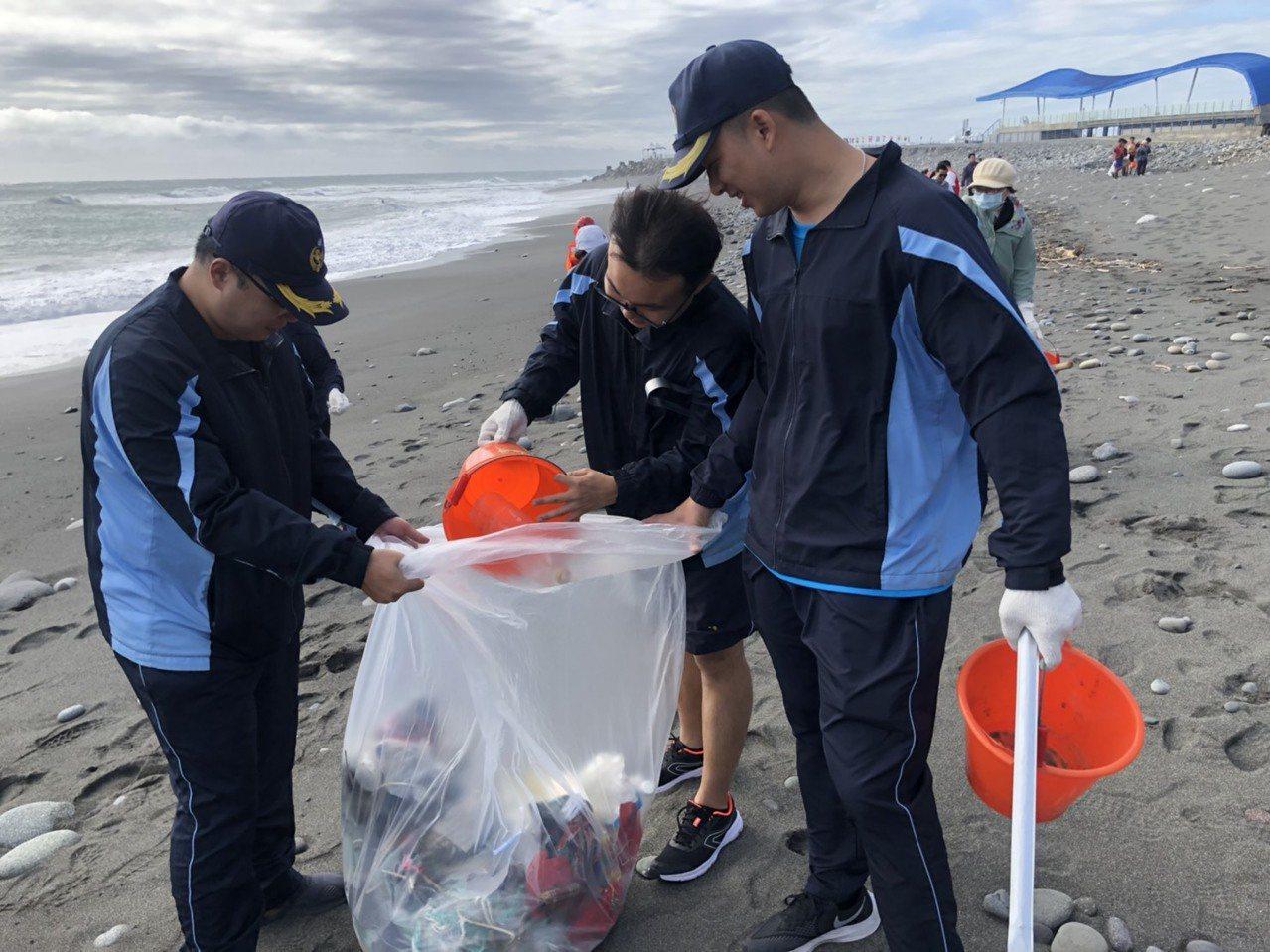 海巡官兵合力清除1.5公噸垃圾,讓金樽海岸變乾淨。圖/第一三岸巡隊提供