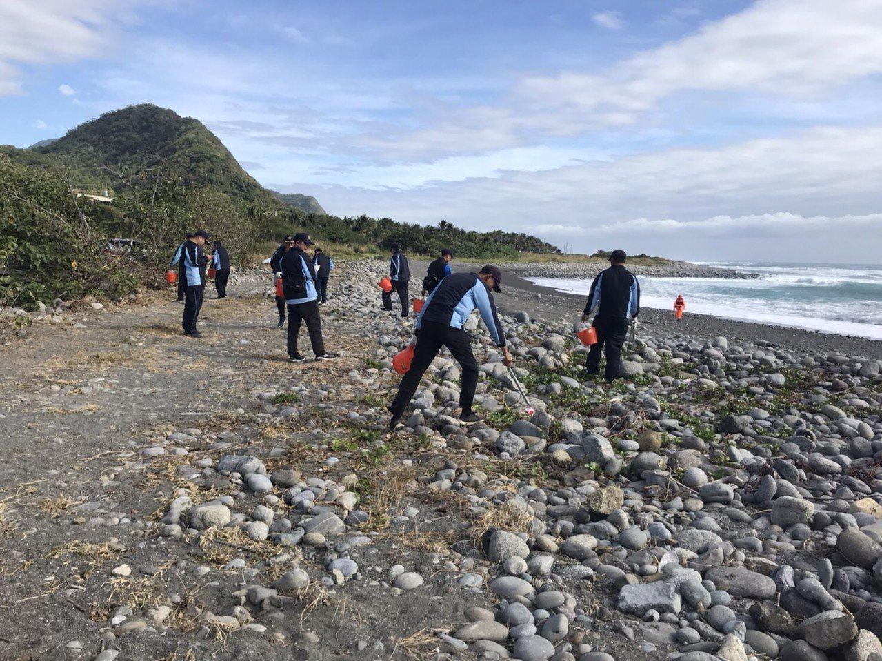 海巡署東部分署第一三岸巡隊今天在台東金樽海岸舉行淨灘活動。圖/第一三岸巡隊提供
