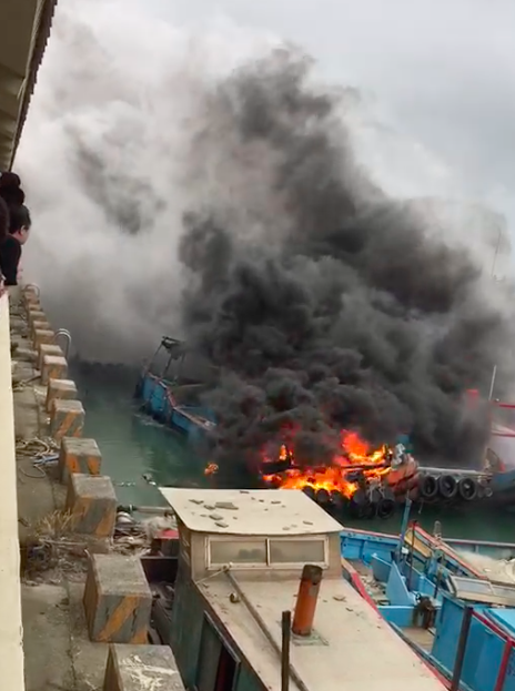 桃園竹圍漁港傳出火燒漁船,現場濃煙密佈,引起不少民眾圍觀。圖/民眾提供