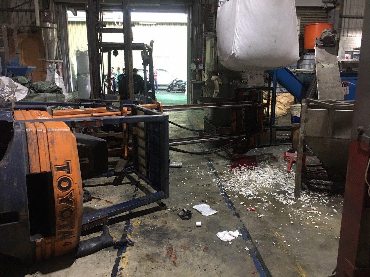 堆高機翻覆,台南永康外籍移工被壓無呼吸心跳命危。圖/消防局提供