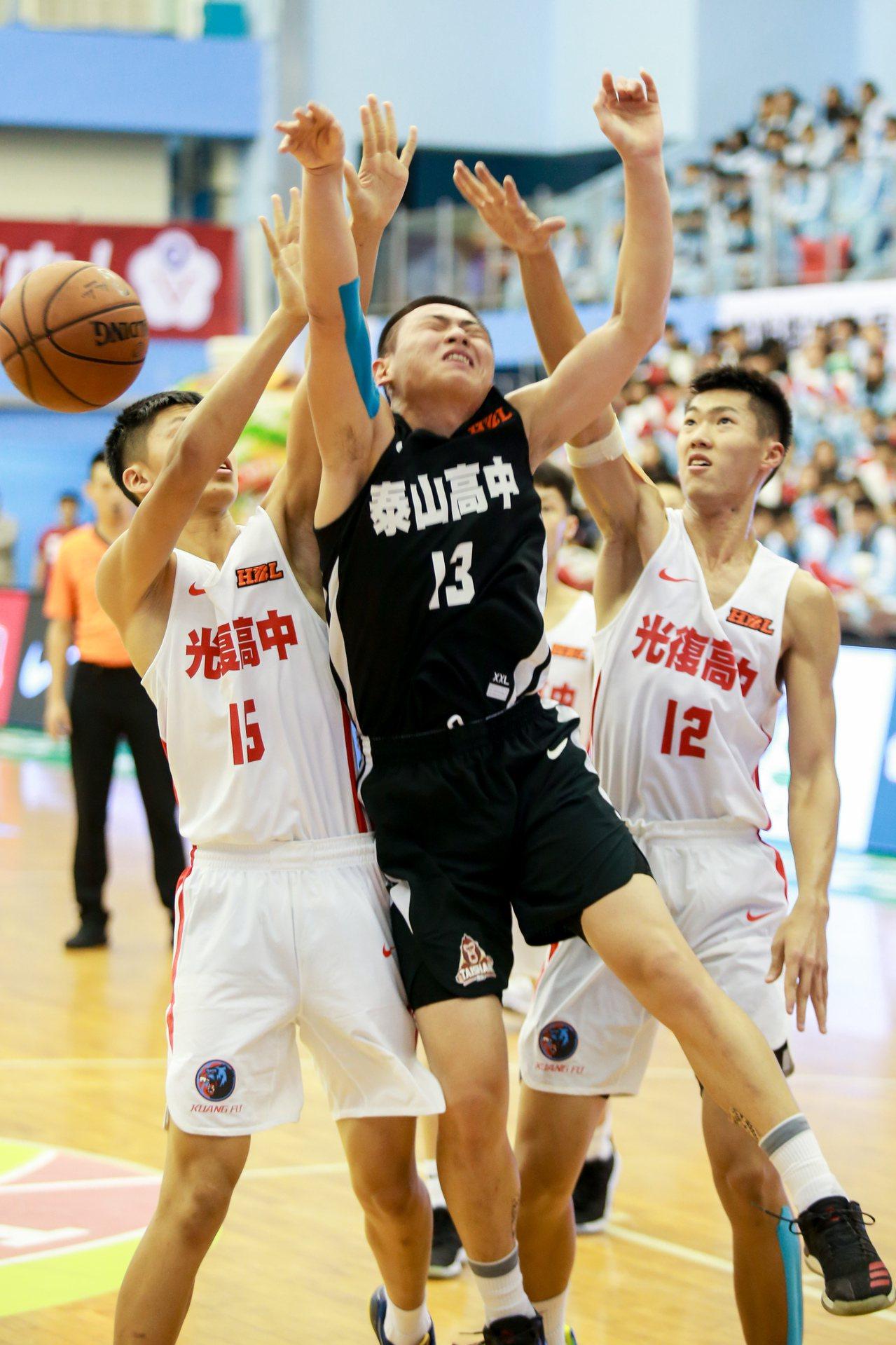 泰山劉丞勳在光復包夾中掉球。記者林伯東/攝影