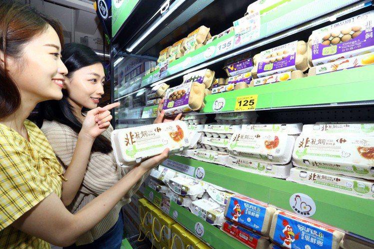 家樂福領先亞洲首支自有品牌非籠飼雞蛋於賣場上架。圖/家樂福提供