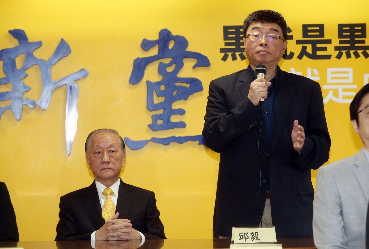 新黨上午公布下屆不分區立委名單,主席郁慕明(左)出席表示支持國民黨總統參選人韓國...