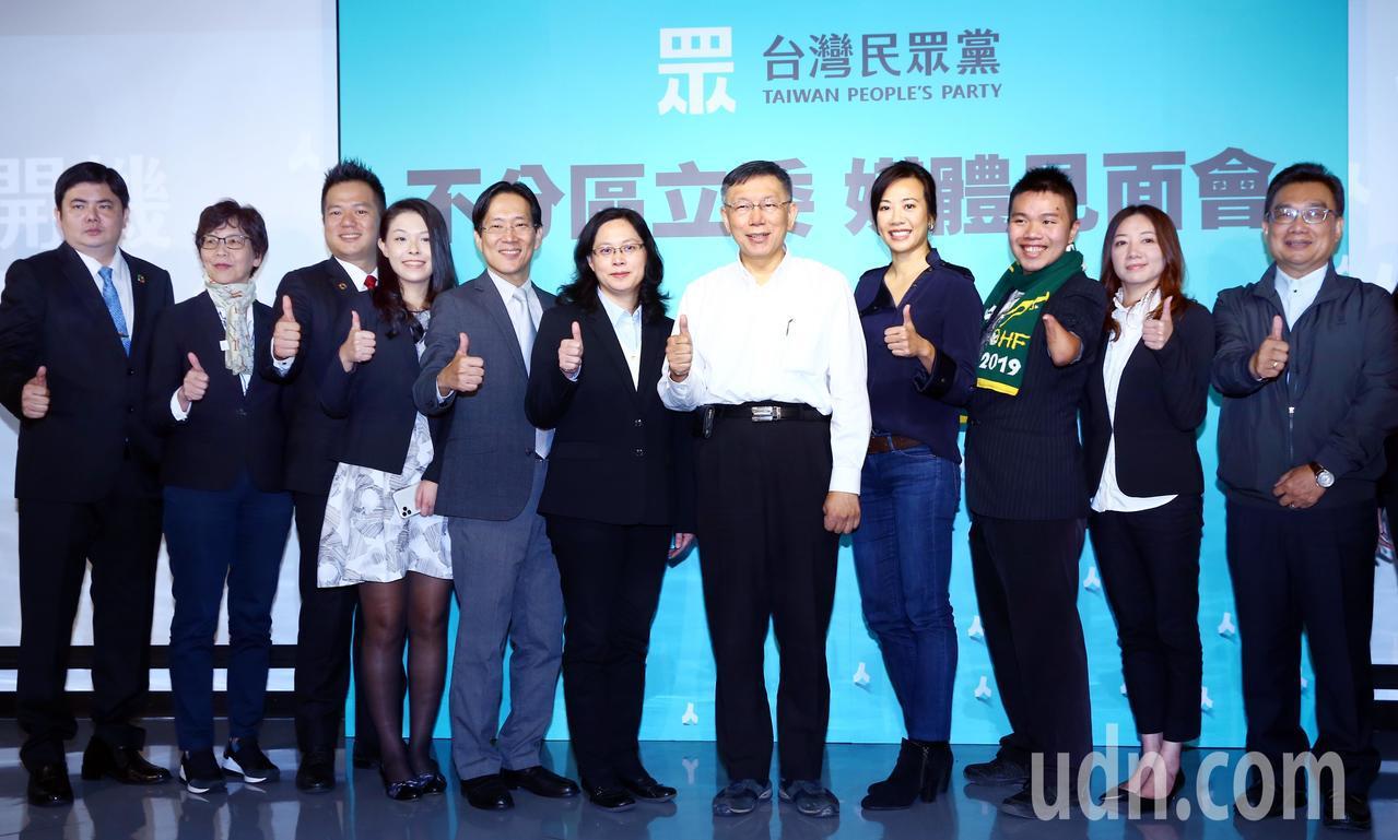 台灣民眾黨不分區立委,今天中午在黨主席柯文哲(右五)的帶領下與媒體見面。記者杜建...