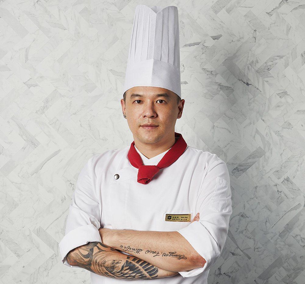 香格里拉台南遠東飯店西點主廚許煜新參加2019世界巧克力大賽總決賽,獲得銀牌。照...