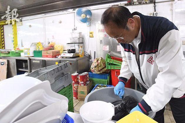 香港理工大學副校長應示威者要求 打掃餐廳廚房