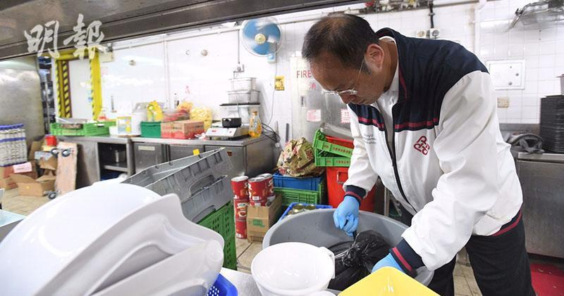 理工大學副校長衞炳江在抗爭者要求下,一起打掃學校餐廳廚房。(取自明報網站)