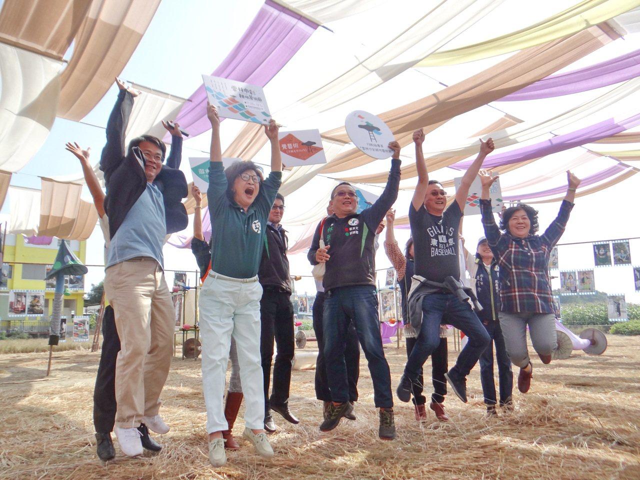 第一屆雲林巾彩耕地藝術節長達9天的毛巾藝術季即將登場,與會來賓起跳飛揚,歡迎民眾...