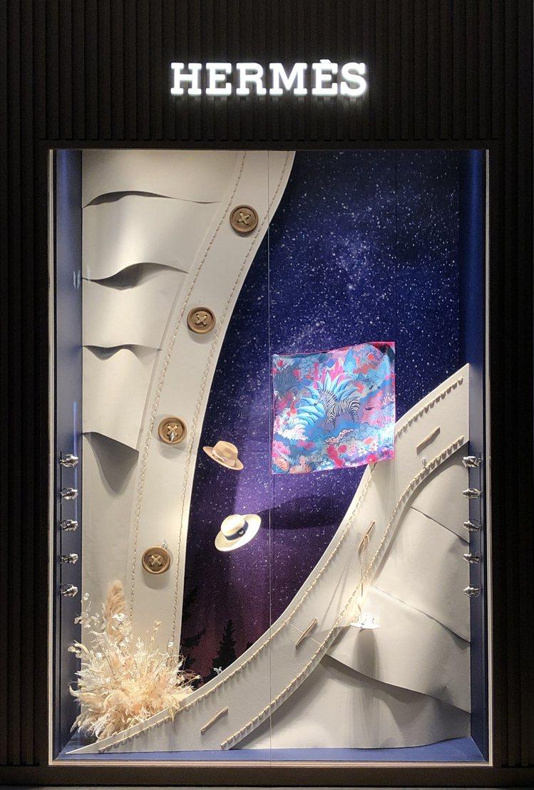 敞開的領口也是「Hermès Dream」的轉換空間。圖/愛馬仕提供