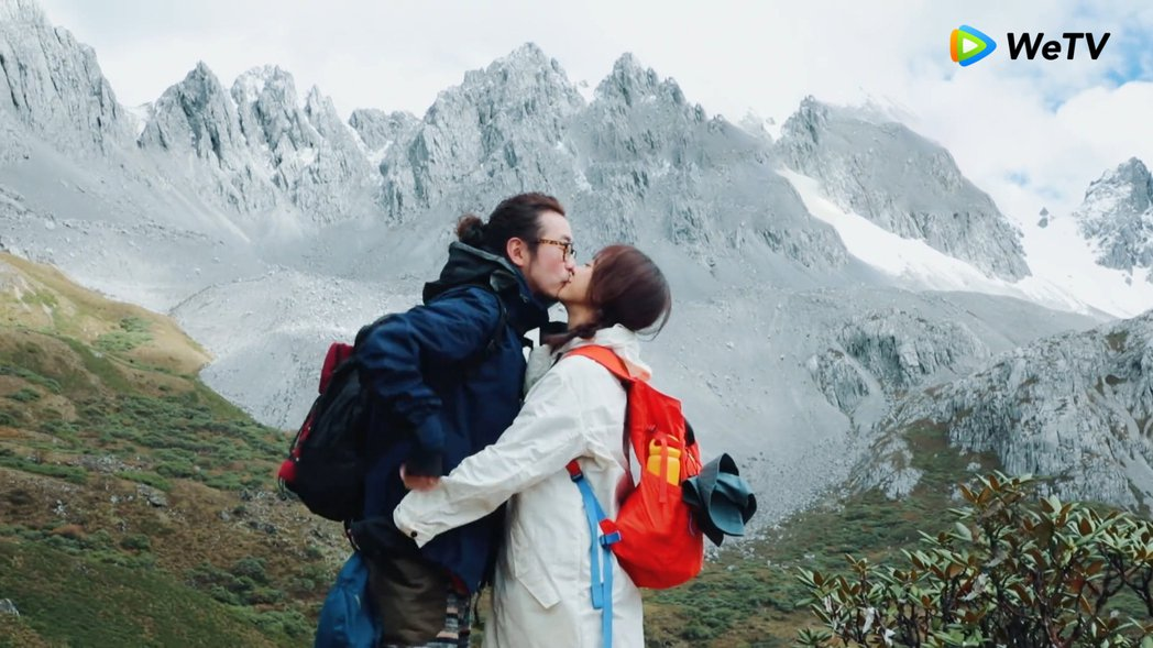 陳意涵(右)許富翔夫妻檔在WeTV「幸福三重奏」親吻放閃。圖/WeTV提供