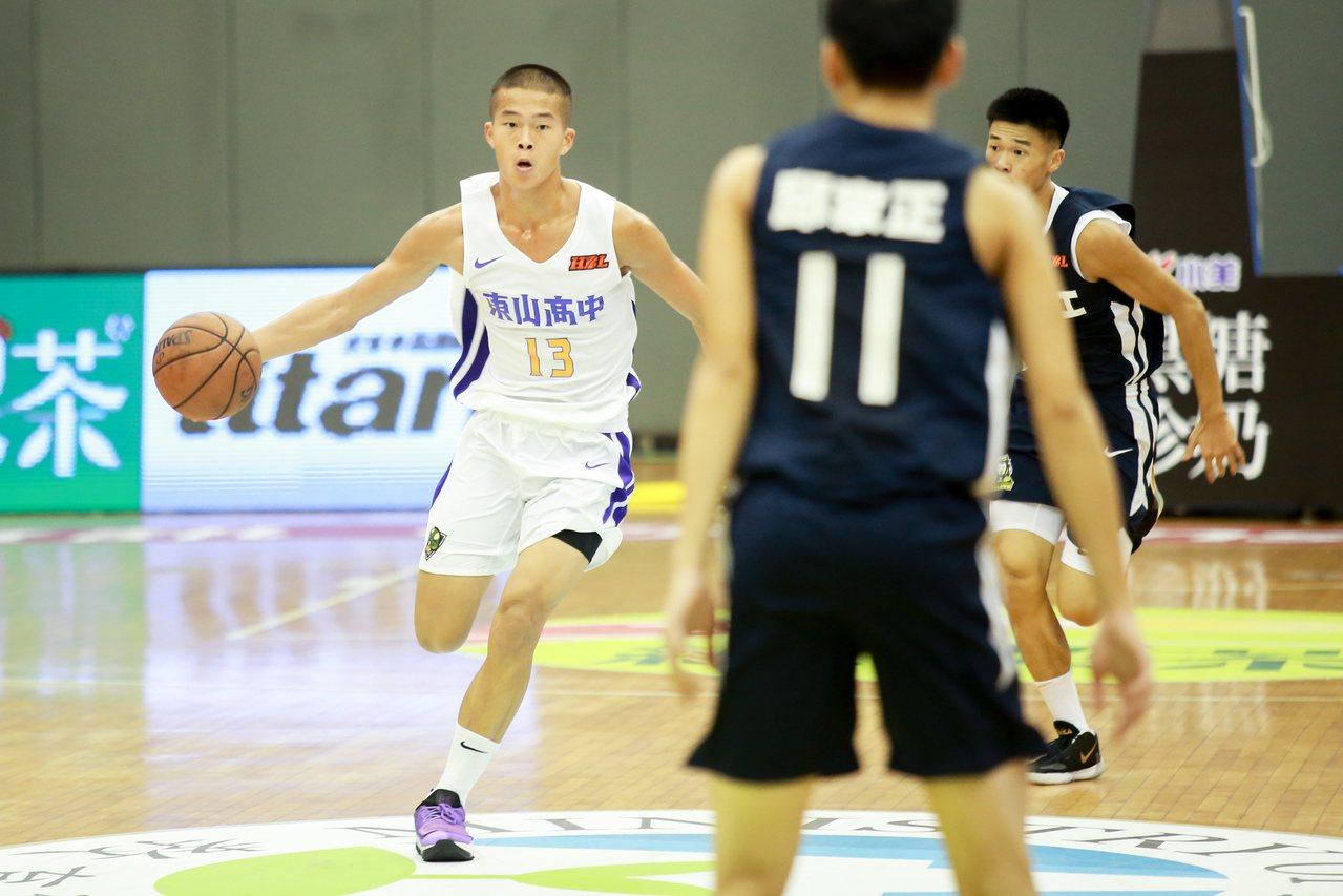 東山王家昌(左)攻下20分,表現受教練團大力稱讚。記者林伯東/攝影