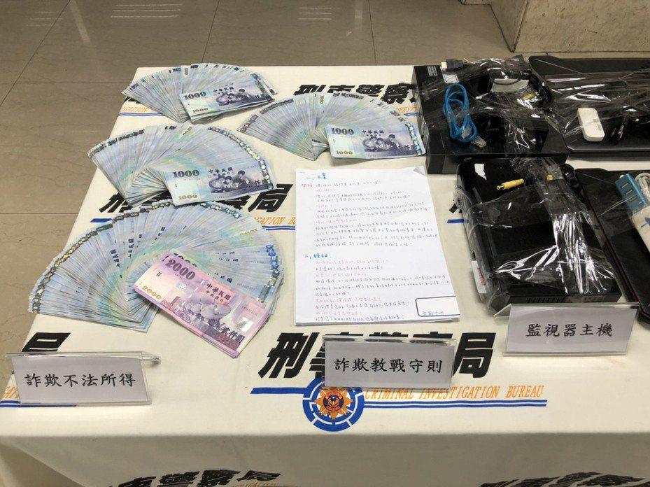 警方在機房內發現61萬元贓款,並查扣教戰手冊。記者陳金松/攝影